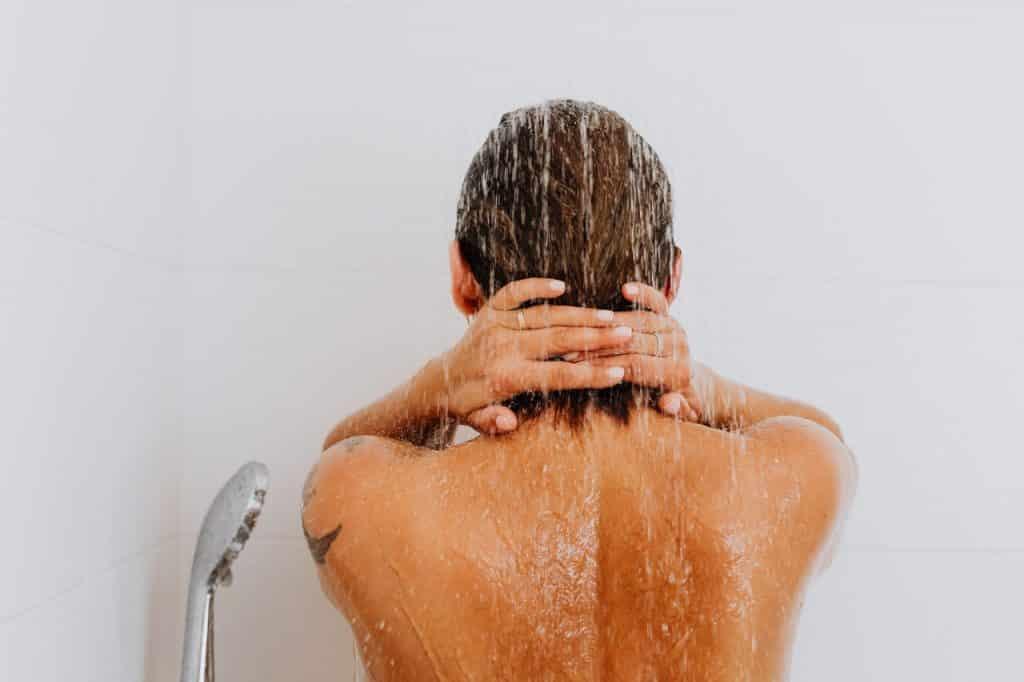 Femme douche, détente et massage