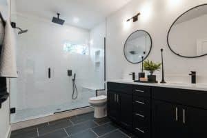 Salle de bain, douche à l'italienne dans une salle de bain moderne